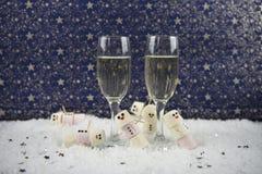 圣诞节或新年食物和饮料使用蛋白软糖的摄影图象塑造了作为在雪的雪人与杯香槟 库存照片