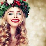 圣诞节或新年秀丽 微笑的式样妇女 免版税库存图片