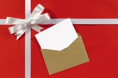 圣诞节或生日贺卡与礼物丝带弓在白色坐了 免版税库存照片