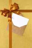 圣诞节或生日贺卡垂直的金礼物丝带弓 图库摄影