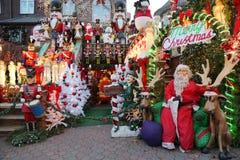 圣诞节房子装饰光显示在Dyker高度郊区布鲁克林邻里  库存照片