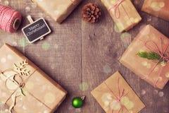 圣诞节手工制造包裹的礼物盒背景 在视图之上 免版税库存图片