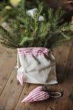 圣诞节手工制造心形的装饰和杉木在袋子 免版税图库摄影