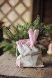 圣诞节手工制造心形的装饰和杉木在袋子 库存照片