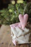 圣诞节手工制造心形的装饰和杉木在袋子 库存图片