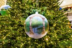 圣诞节手工制造气球描述了入口的曲拱到动物园在圣诞树 库存照片