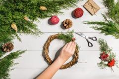圣诞节手工制造diy背景 做工艺xmas花圈和装饰品 白色木桌顶视图与女性的 图库摄影