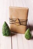 圣诞节手工造在木背景的礼物盒 免版税库存照片