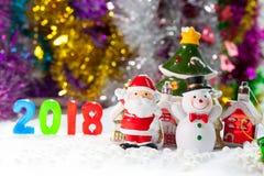 圣诞节扶植在圣诞节雪原背景w的装饰 免版税库存图片