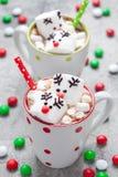 圣诞节抢劫与熔化蛋白软糖驯鹿的热巧克力 免版税图库摄影