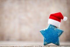 圣诞节担任主角与圣诞老人帽子的装饰 葡萄酒背景 免版税图库摄影