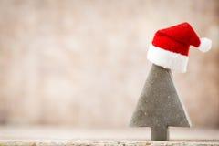 圣诞节担任主角与圣诞老人帽子的装饰 葡萄酒背景 库存照片