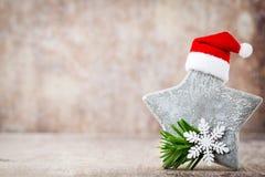 圣诞节担任主角与圣诞老人帽子的装饰 葡萄酒背景 图库摄影