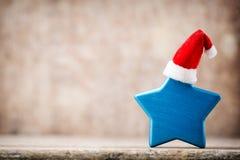 圣诞节担任主角与圣诞老人帽子的装饰 葡萄酒背景 免版税库存图片