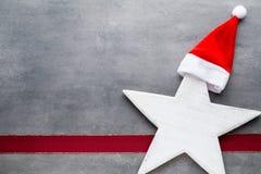 圣诞节担任主角圣诞老人帽子 圣诞节模式 在的背景 库存照片