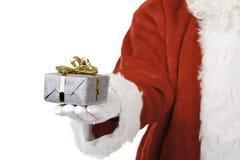 圣诞节拿着当前圣诞老人的克劳斯现&# 免版税图库摄影