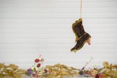 圣诞节挂掉电话维多利亚女王时代的起动的xmas装饰的摄影图象有在白色木头的欢乐金子xmas背景 图库摄影