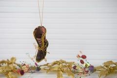 圣诞节挂掉电话维多利亚女王时代的起动的xmas装饰的摄影图象有在白色木头的欢乐金子xmas背景 库存照片