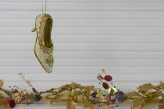 圣诞节挂掉电话维多利亚女王时代的鞋子的xmas装饰的摄影图象有在白色木头的欢乐金子xmas背景 库存图片