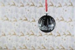 圣诞节挂掉电话雪场面中看不中用的物品的圣诞节装饰的摄影图象有驯鹿包装纸背景 库存图片