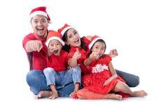 圣诞节指向照相机的家庭亚洲人 免版税库存图片