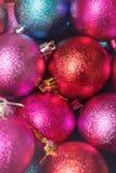 圣诞节接近的装饰 红色的圣诞节,桃红色和蓝色球 免版税库存照片