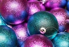 圣诞节接近的装饰 红色的圣诞节,桃红色和蓝色球 免版税库存图片