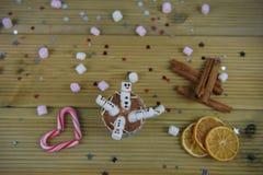 圣诞节摄影与热巧克力杯子和微型蛋白软糖的食物和饮料图象塑造了作为愉快的雪人 库存照片