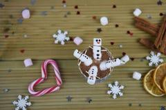圣诞节摄影与热巧克力杯子和微型蛋白软糖的食物和饮料图象塑造了作为愉快的雪人 免版税图库摄影