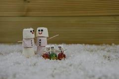 圣诞节摄影图象做用蛋白软糖塑造了在有结冰的愉快的雪人微笑和玻璃礼物装饰的 免版税图库摄影