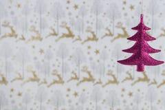 圣诞节摄影图象挂掉电话桃红色闪烁树的圣诞节装饰有驯鹿包装纸背景 库存照片