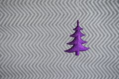 圣诞节摄影图象挂掉电话紫色xmas树的圣诞节装饰有银色闪烁包装纸背景 库存照片