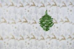圣诞节摄影图象挂掉电话绿色闪烁杉木锥体的圣诞节装饰有驯鹿包装纸背景 图库摄影