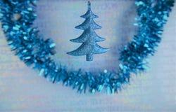 圣诞节摄影图象挂掉电话蓝色xmas树闪亮金属片的圣诞节装饰有银色闪烁包装纸背景 库存图片