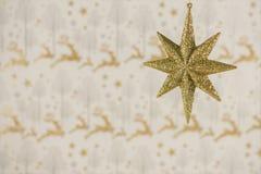 圣诞节摄影图象挂掉电话金子闪烁星的圣诞节装饰有驯鹿包装纸背景 免版税库存图片