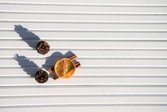 圣诞节摄影图象xmas食物加香料在被采取的白色木背景的肉桂条橙色切片杉木锥体在阳光下 库存图片