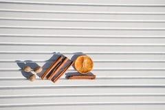 圣诞节摄影图象xmas食物加香料在被采取的白色木背景的肉豆蔻肉桂条橙色石灰切片在阳光下 免版税库存照片