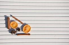 圣诞节摄影图象xmas食物加香料肉桂条桔子切片在被采取的白色木背景的八角在阳光下 图库摄影