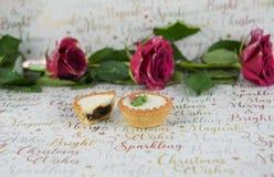 圣诞节摄影英国兰开斯特家族族徽的食物图象与闪烁瓣的和在xmas包装纸背景的肉馅饼 库存图片