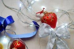 圣诞节摘要套装饰品和光在中立背景 库存照片