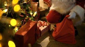 圣诞节放置圣诞老人结构树的克劳斯&# 影视素材