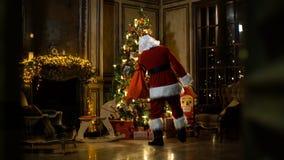 圣诞节放置圣诞老人结构树的克劳斯&# 股票录像