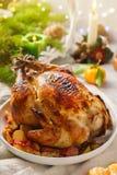 圣诞节整个烧鸡用蜜桔、苹果和麝香草 免版税库存图片