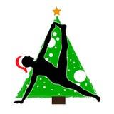 圣诞节新年在圣诞树的背景的瑜伽asana在圣诞老人项目帽子的 皇族释放例证