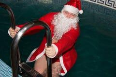 圣诞节新年度 圣诞老人衣服的滑稽的人 库存照片