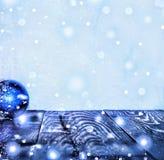 圣诞节新年度 圣诞节装饰、多彩多姿的球和礼物与一棵圣诞树在木背景与警察 库存图片