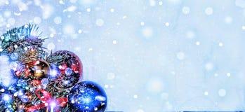 圣诞节新年度 圣诞节装饰、多彩多姿的球和礼物与一棵圣诞树在木背景与警察 免版税库存图片