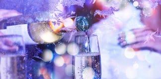 圣诞节新年度 庆祝 日s华伦泰 斟酒服务员或侍者倒在玻璃的白葡萄酒 库存照片