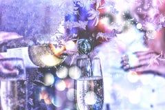 圣诞节新年度 庆祝 日s华伦泰 斟酒服务员或侍者倒在玻璃的白葡萄酒 免版税库存照片