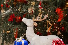 圣诞节新年度 驯鹿在圣诞树背景中  免版税库存图片